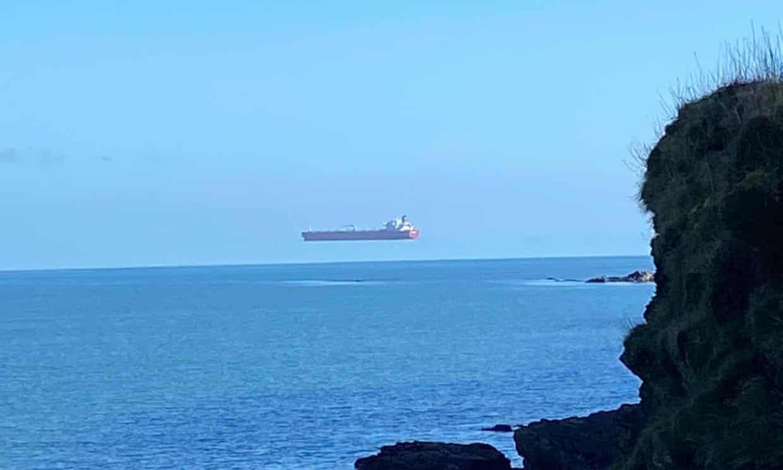 """Comment expliquer que ce bateau """"vole"""" au-dessus de l'eau"""