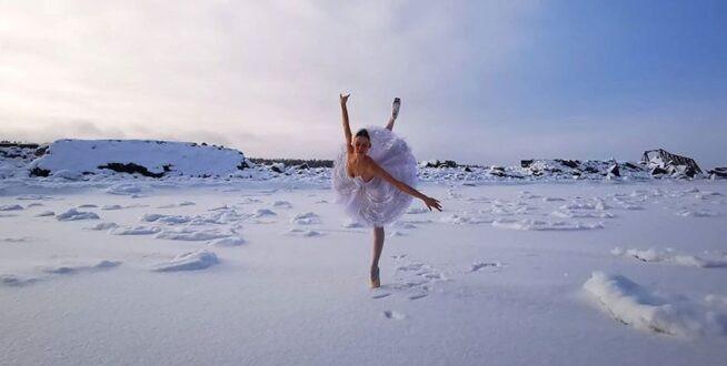 Une ballerine russe danse dans la neige pour protester