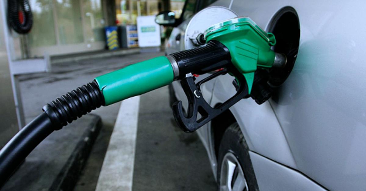 Laissez-vous votre voiture en marche pendant que vous mettez du carburant ? Voici ce que vous devez savoir
